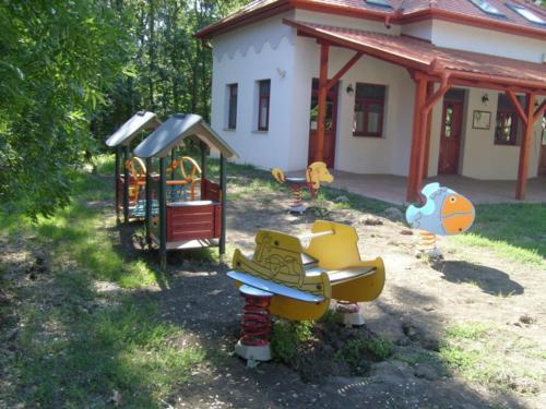 3.A kiszolgáló egység a játszótér egy részletével
