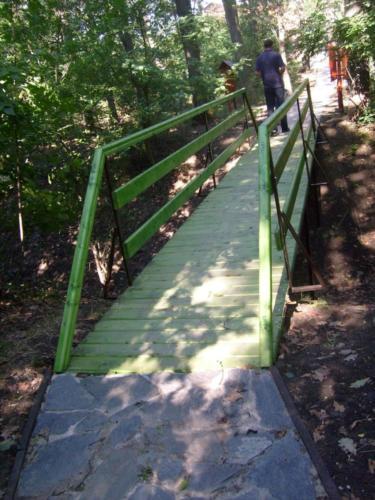 17. Egy kis hídon át vezet az út